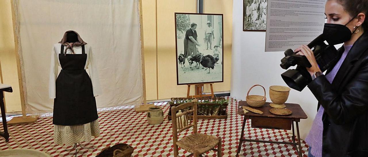 Un instante de la inauguración ayer de la exposición que Pusol dedica a la mujer en el campo. | ANTONIO AMORÓS