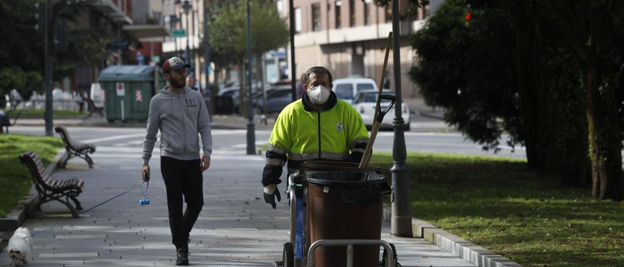 Un operario encargado de la limpieza viaria en Avilés.
