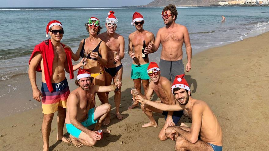 La Covid no frena la tradición de pasar el 25 de diciembre en Las Canteras