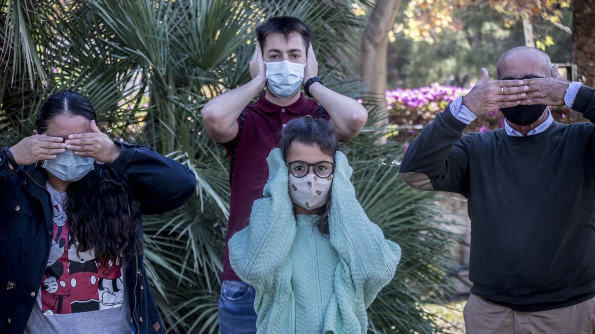 María Fernanda, Rocío y José Francisco, personas sordas, simulan el telón que supone el uso de las mascarillas para su comunicación diaria acompañados de Daniel de la Casa, portavoz de Fesord.