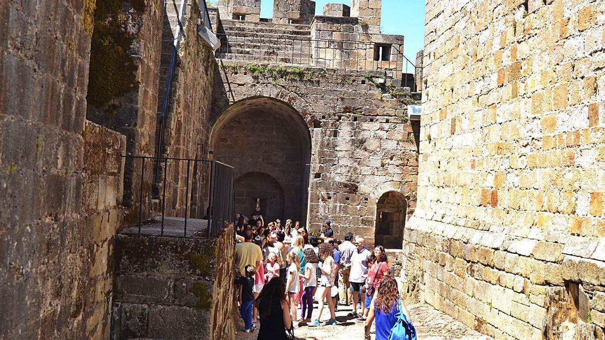 Turistas visitan el castillo de Puebla de Sanabria.   Araceli Saavedra