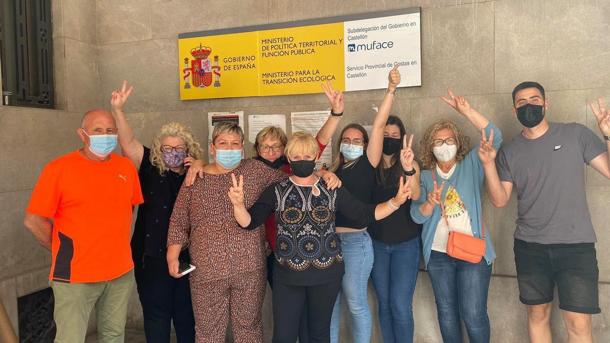 Las dueñas y los trabajadores del chiringuito, minutos después de conseguir la ansiada autorización de Costas, este viernes, en Castelló.