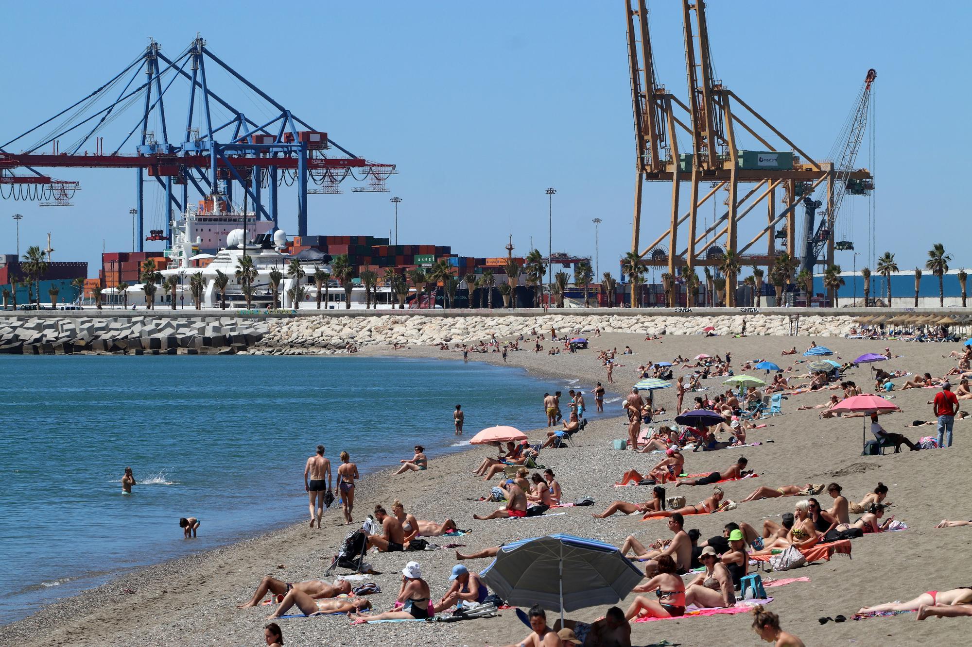 El buen tiempo y el calor llenan las playas de Málaga