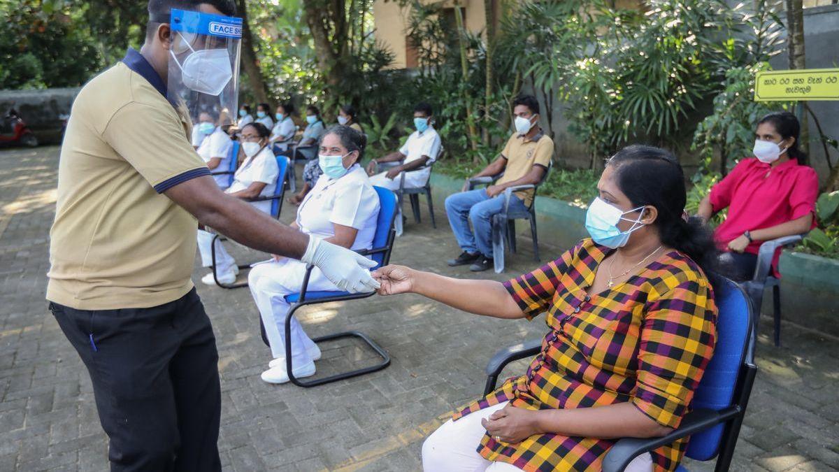 La ministra de Sanidad de Sri Lanka da positivo por covid tras beber una poción supuestamente preventiva de un brujo