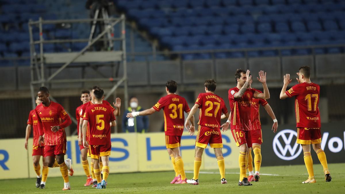 Los jugadores del Zaragoza celebran el gol de Sanabria en Las Palmas.
