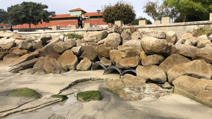 Las aguas fecales de la plaza de abastos de Cangas vierten a la playa de O Señal por la red de pluviales