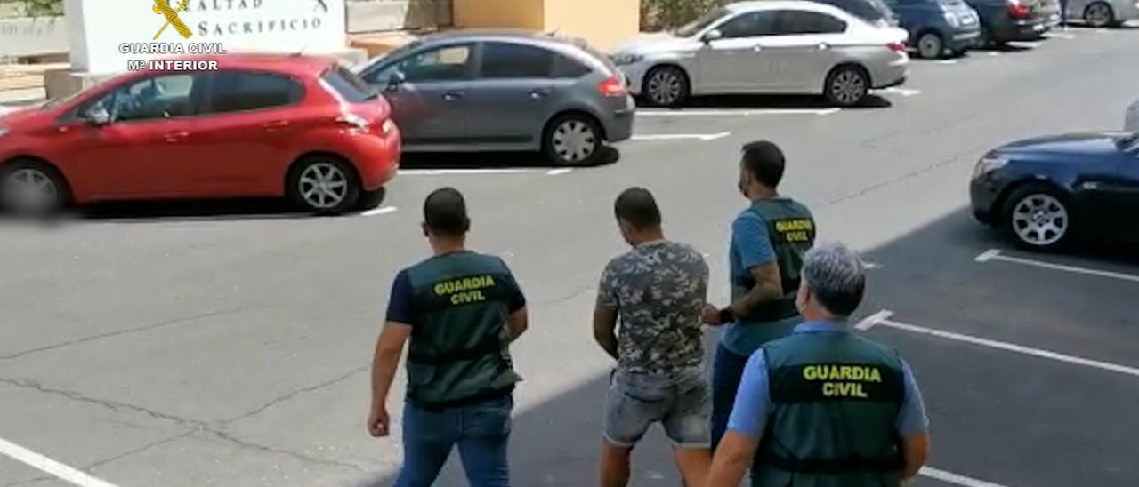 La Guardia Civil detiene en Tenerife a un individuo por un delito de terrorismo.