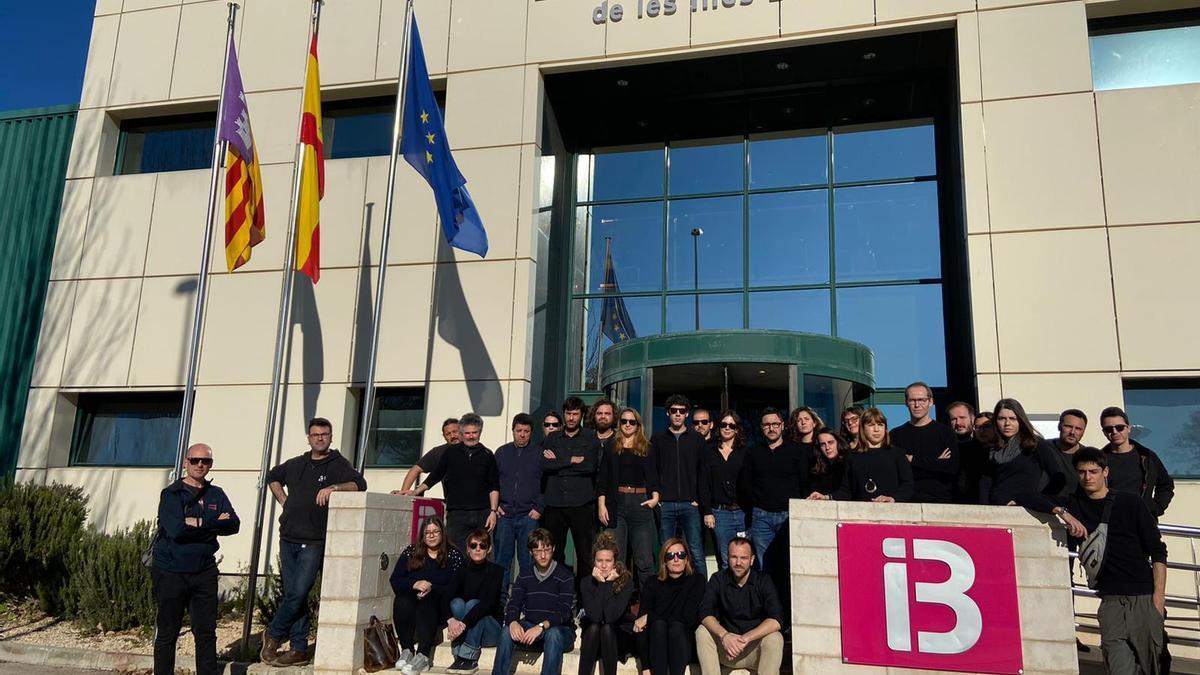 Una protesta de los viernes de negro de los trabajadores de informativos de IB3 ante la sede de la televisión pública.