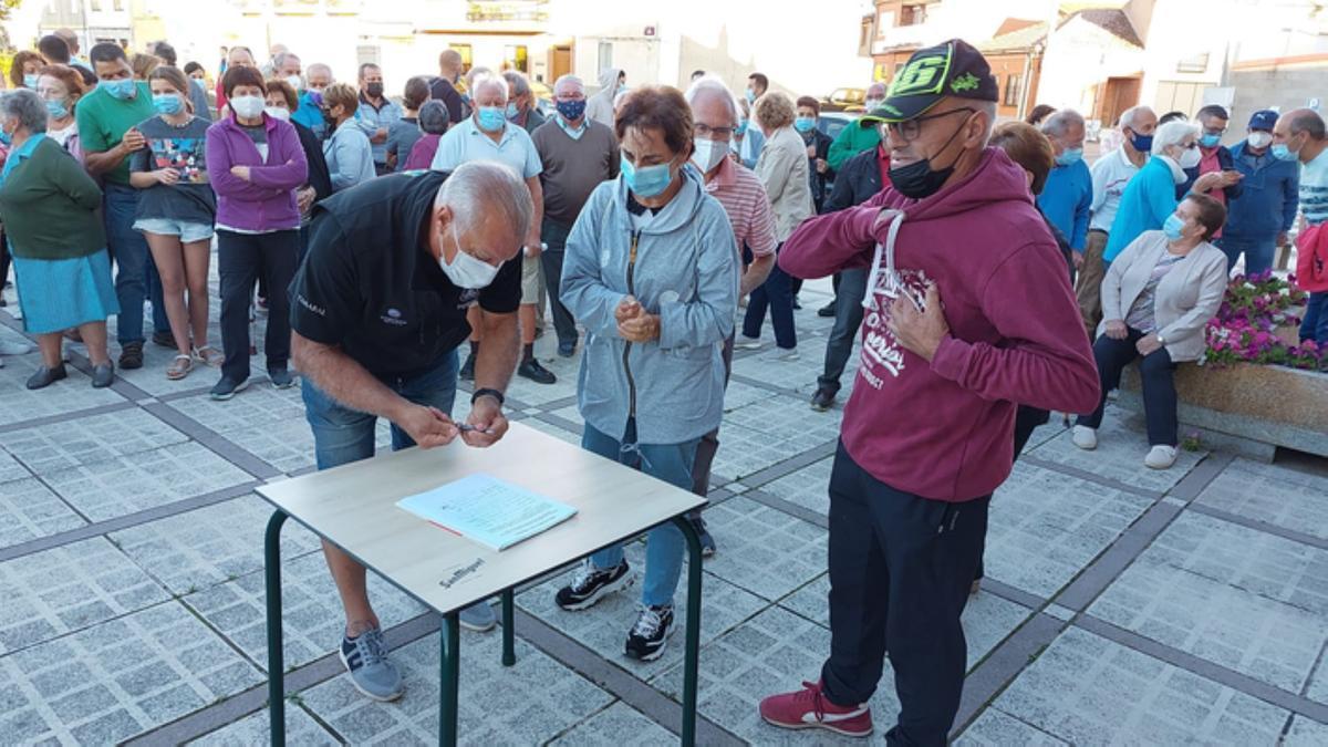 Recogida de firmas en Santa Croya de Tera contra las obras del malecón. / C. G.