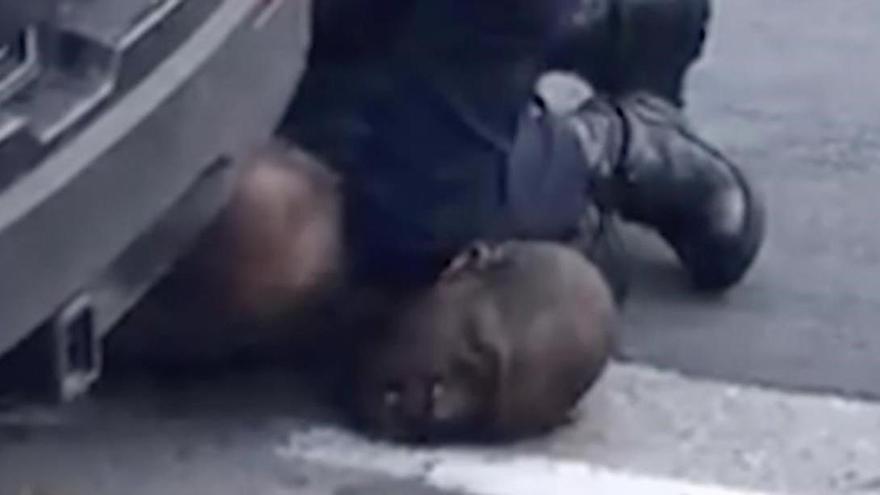 Floyd va suplicar fins a 20 vegades alertant al policia que no podia respirar
