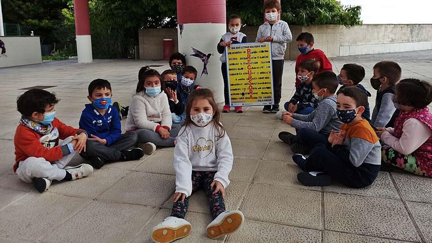 Carteles de escolares redondelanos ilustran una campaña de Renfe por las Letras Galegas