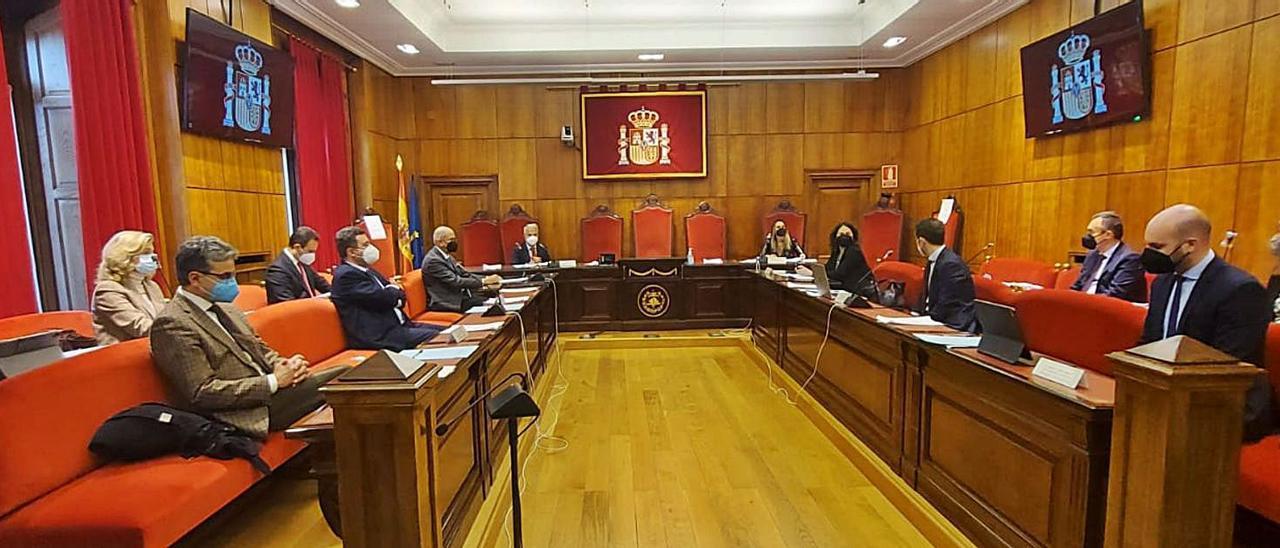 Al fondo, a la izquierda, Jesús Chamorro y, a la derecha, Rita Camblor, al inicio de la reunión con la Sala de Gobierno del TSJA.