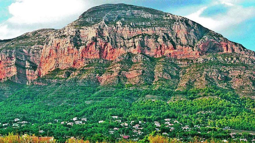 Una alarma por destellos de luces destapa una fiesta ilegal en la cima del Montgo