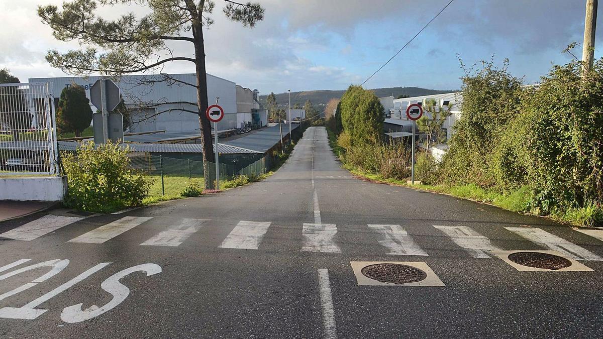 La señal, dentro del camino, que solo se puede ver cuando los camiones acceden al vial. |   // NOÉ PARGA