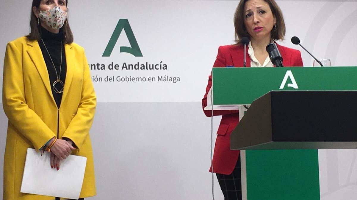 La delegada de la Junta, Patricia Navarro, interviene durante su comparecencia acompañada por la delegada de Educación, Mercedes García Paine.