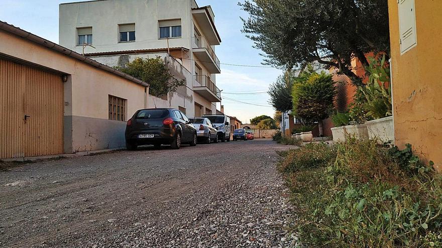 El carrer Juncària de Figueres, sense asfaltat ni enllumenat en ple segle XXI