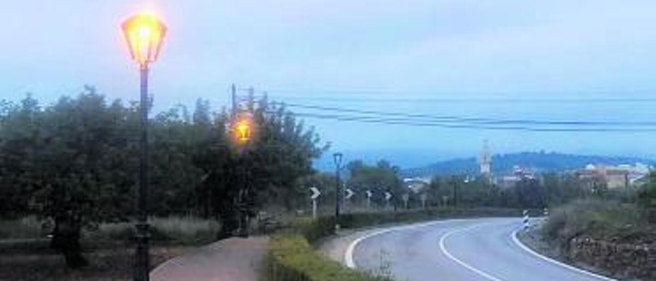 Vista de la entrada, con farolas que van y otras que no. | LEVANTE-EMV