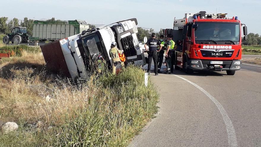 Herido en Tauste tras volcar el camión que conducía