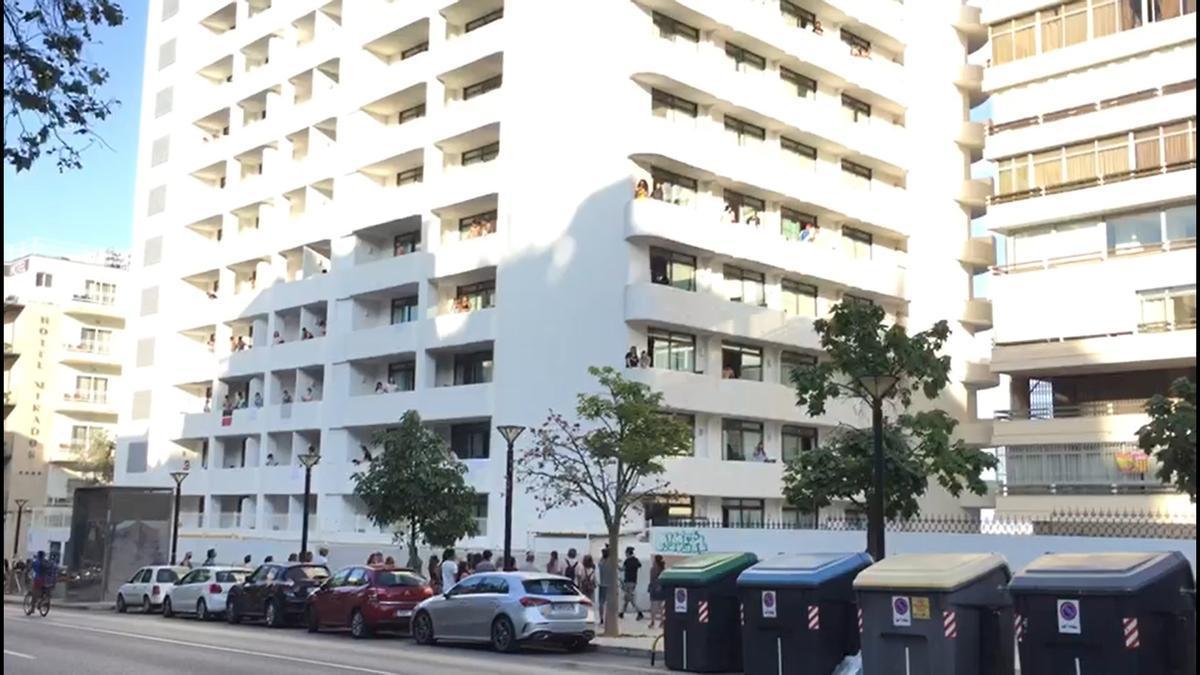 Balcones del hotel COVID-19 donde están aislados los alumnos por el macrobrote asociado a viajes a Mallorca.