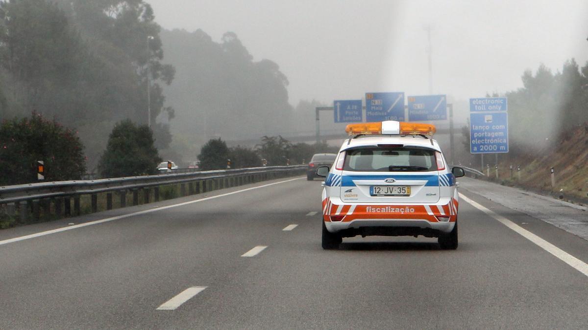 Un coche de la concesionaria Via Livre patrulla por la la autovía portuguesa A-28 para informar a los conductores de la normativa de peajes
