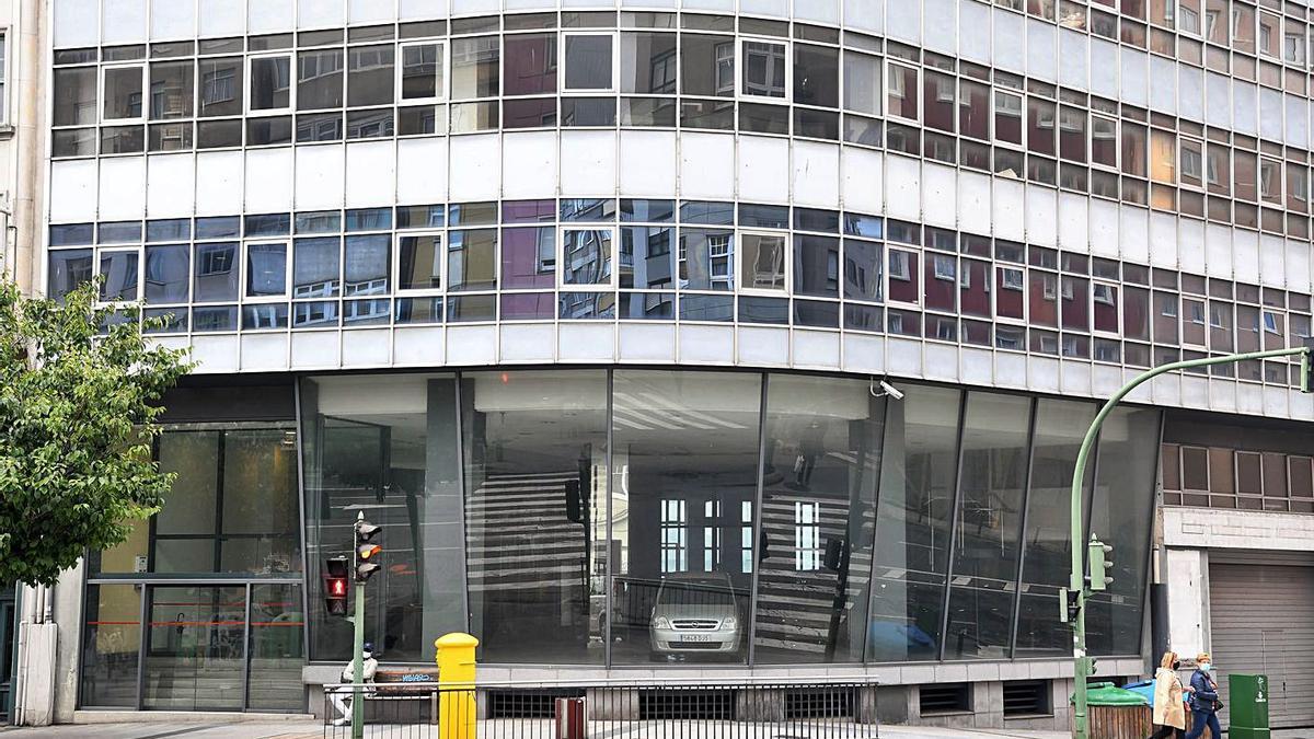 Edificio de la avenida de Oza que albergó el concesionario de Citroën. |   // CARLOS PARDELLAS