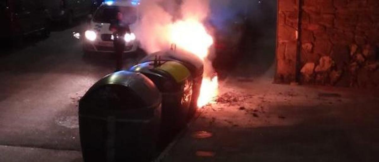 La Policía Local llega hasta uno de los ataques sobre los contenedores de Langreo. | J. García
