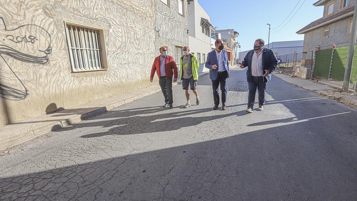 Bascuñana, Noguera y Valverde pasean, ayer, por una de las deterioradas calles de Casas Baratas.