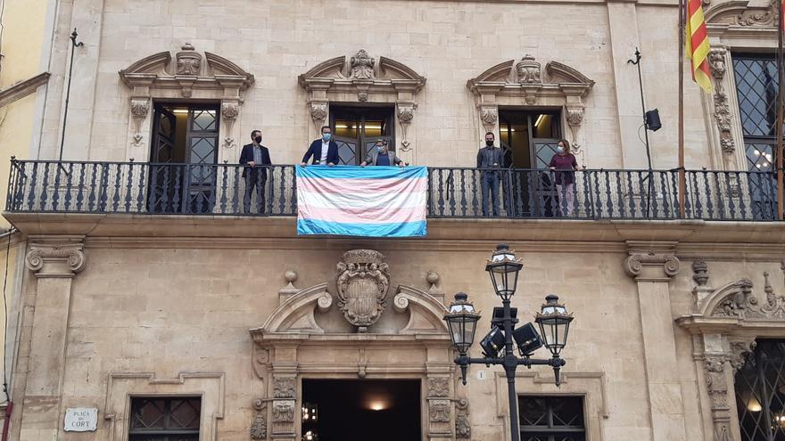 La bandera trans cuelga del balcón de Cort