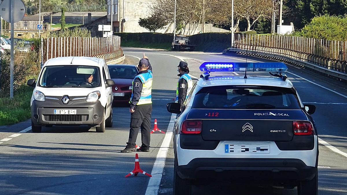 Un control realizado por la Policía Local de Arteixo. |   // LA OPINIÓN