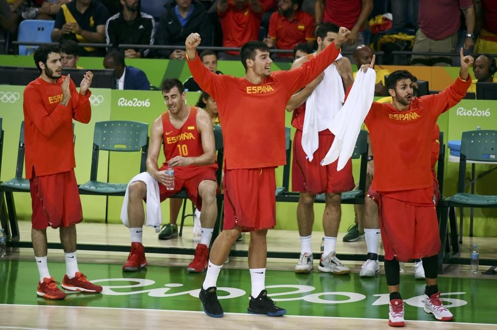 El equipo español de baloncesto celebra el bronce en baloncesto.