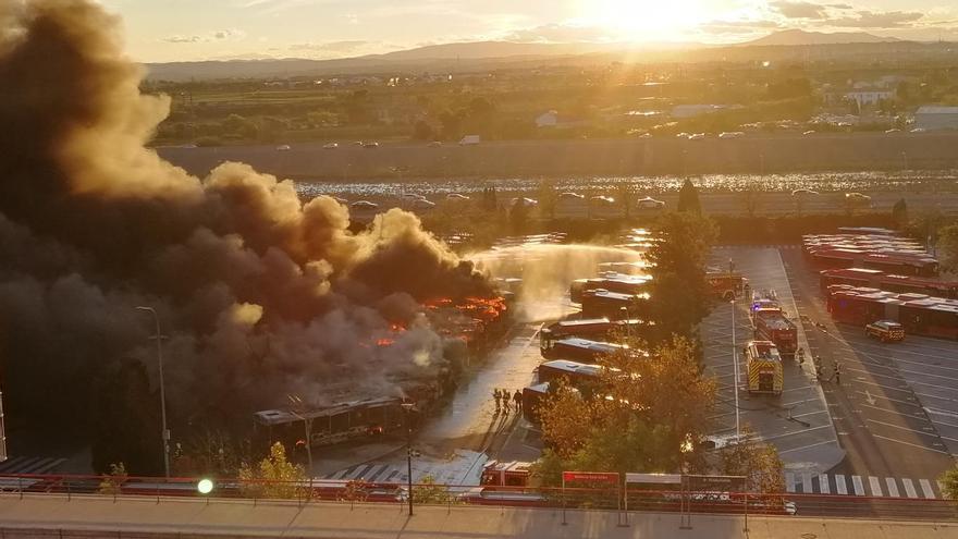 El incendio de la cochera de la EMT en San Isidro, en vídeo