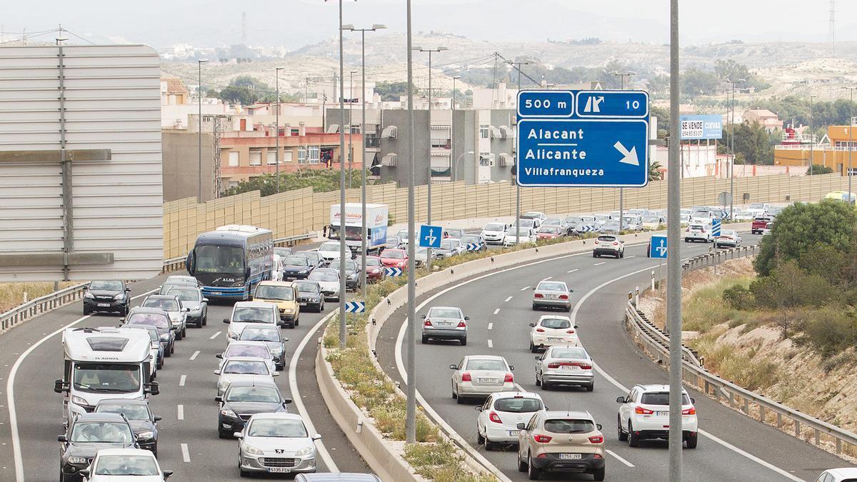 Retenciones y atasco de vehículos en la circunvalación de Alicante.
