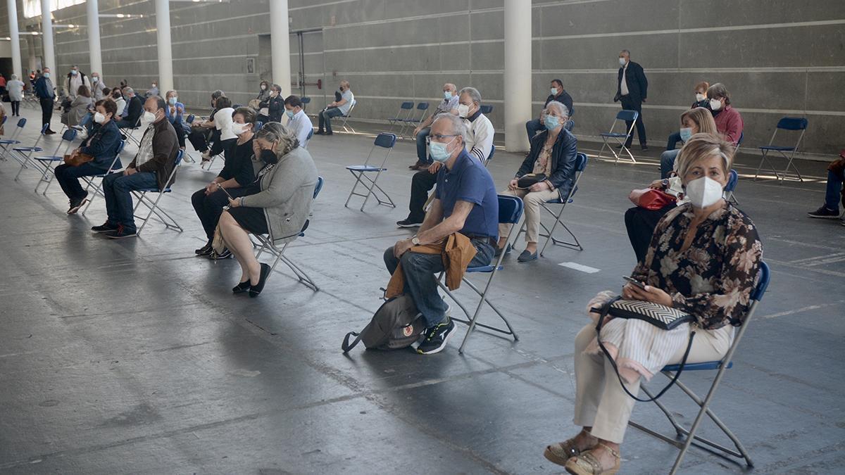 Gente espera su turno de vacunación en el recinto ferial de Pontevedra