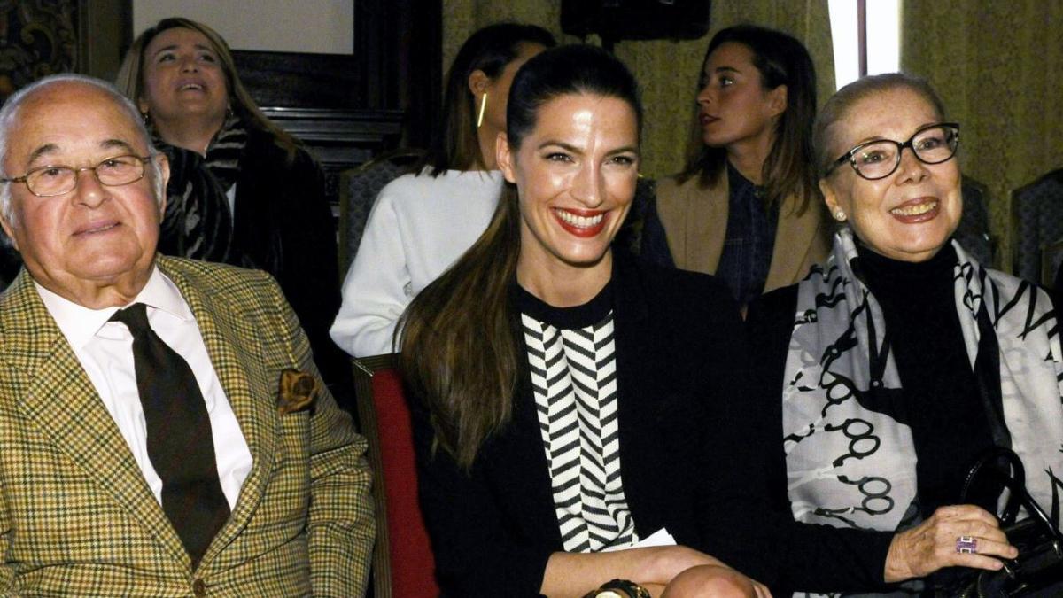 El diseñador Tony Benítez, la modelo Laura Sánchez y la diseñadora de moda flamenca, Lina, a la derecha