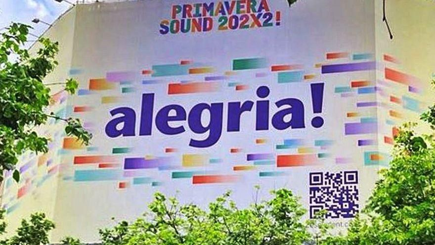Una lona amb el lema 'Alegria!' apunta al retorn d'Antònia Font