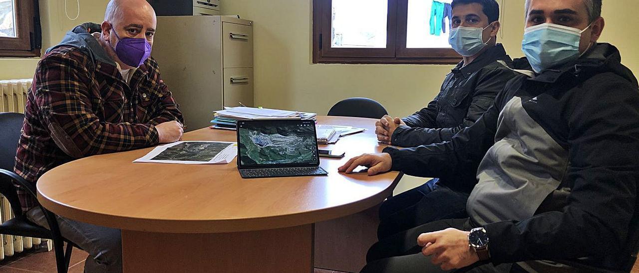 Por la izquierda, José Luis Fernández, Pablo Leis y José Daniel Boscá, ayer, reunidos en la oficina de la Parroquia Rural de Cerredo, en Degaña. | D. Á.