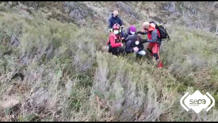 Rescatados cuatro senderistas de una complicada vertical en Piloña, a donde llegaron agotados y perdidos