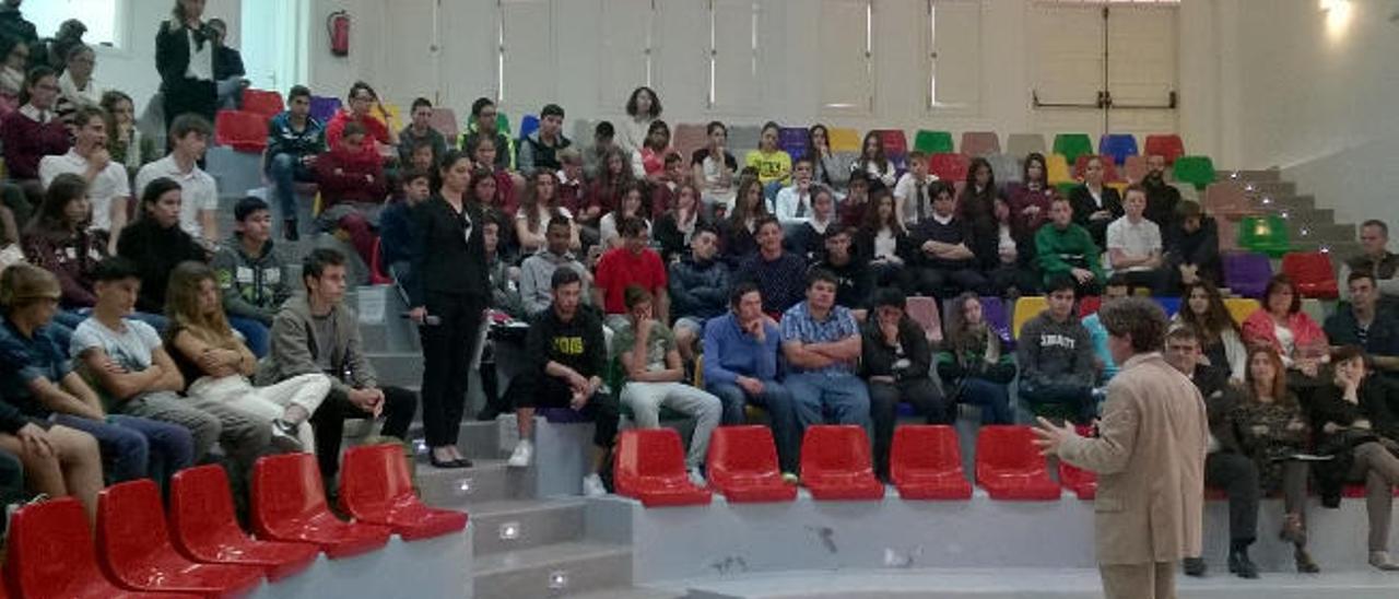 El catedrático de Farmacología Rafael Maldonado, ayer, en el debate con estudiantes en la Casa de la Juventud.