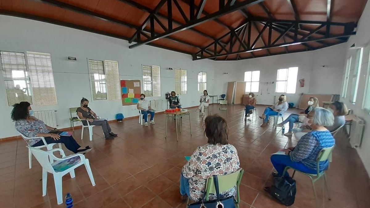 Reunión desarrollada el miércoles a la que acudieron doce mujeres.