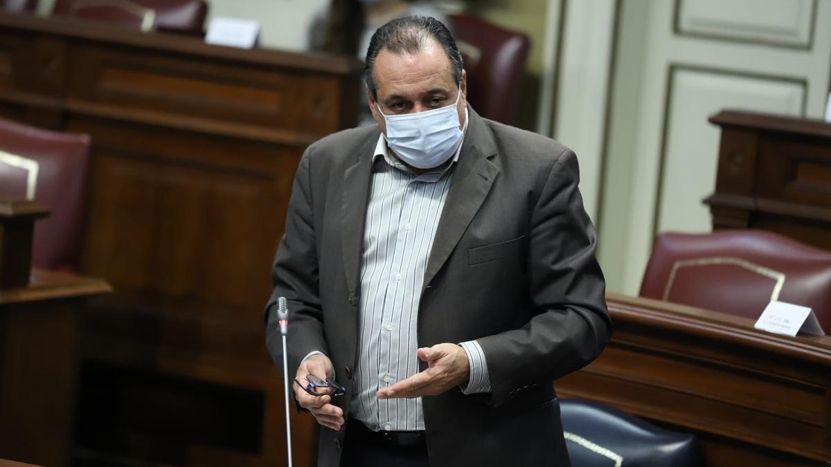 El consejero de Sanidad del Gobierno de Canarias, Blas Trujillo, en una sesión parlamentaria anterior.