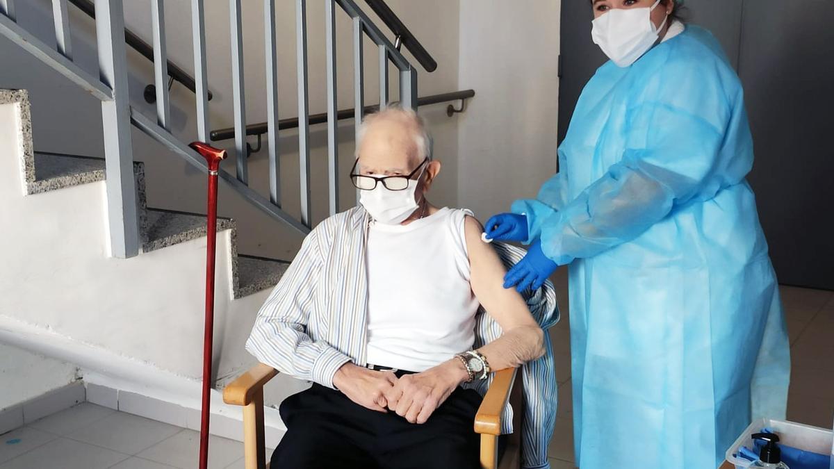 Batiste Martí, de 81 anys i resident al centre de Rafelbunyol, va ser el primer vacunat de coronavirus a la Comunitat Valenciana.
