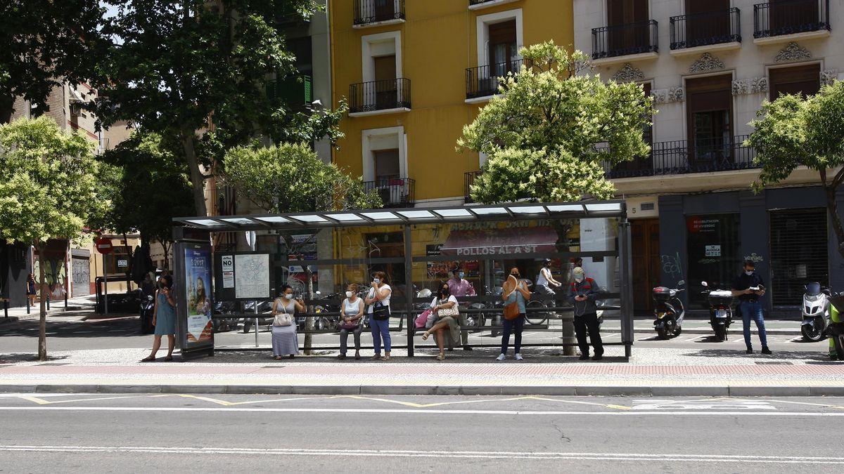 Esperas en una parada de autobús en Zaragoza por la huelga del bus, que tiene lugar todos los martes y jueves de 12.30 a 16.30 horas.