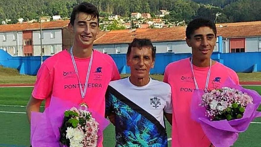 Los dos atletas del club con el entrenador.