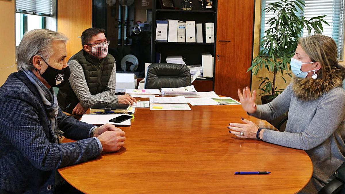 Luis Taboada y Julio López, durante su reunión con la delegada territorial de la Xunta.