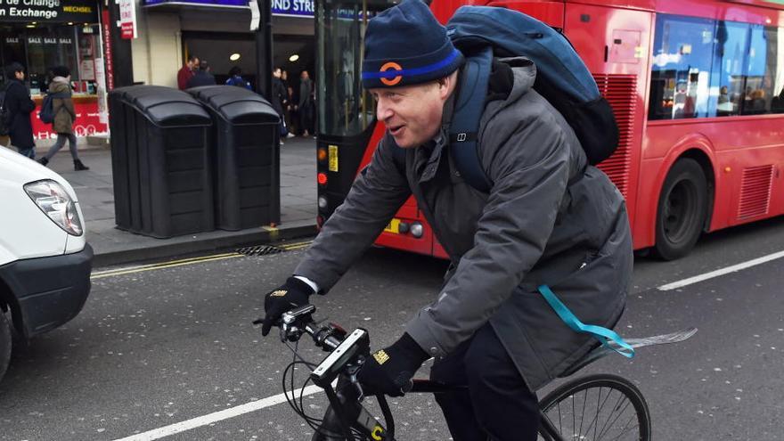 Boris Johnson, centro de las críticas por salir en bicicleta lejos de casa