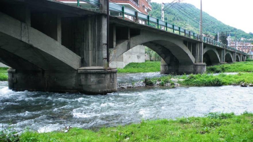 Adif licita les obres de reparació del pont del tren de Ripoll