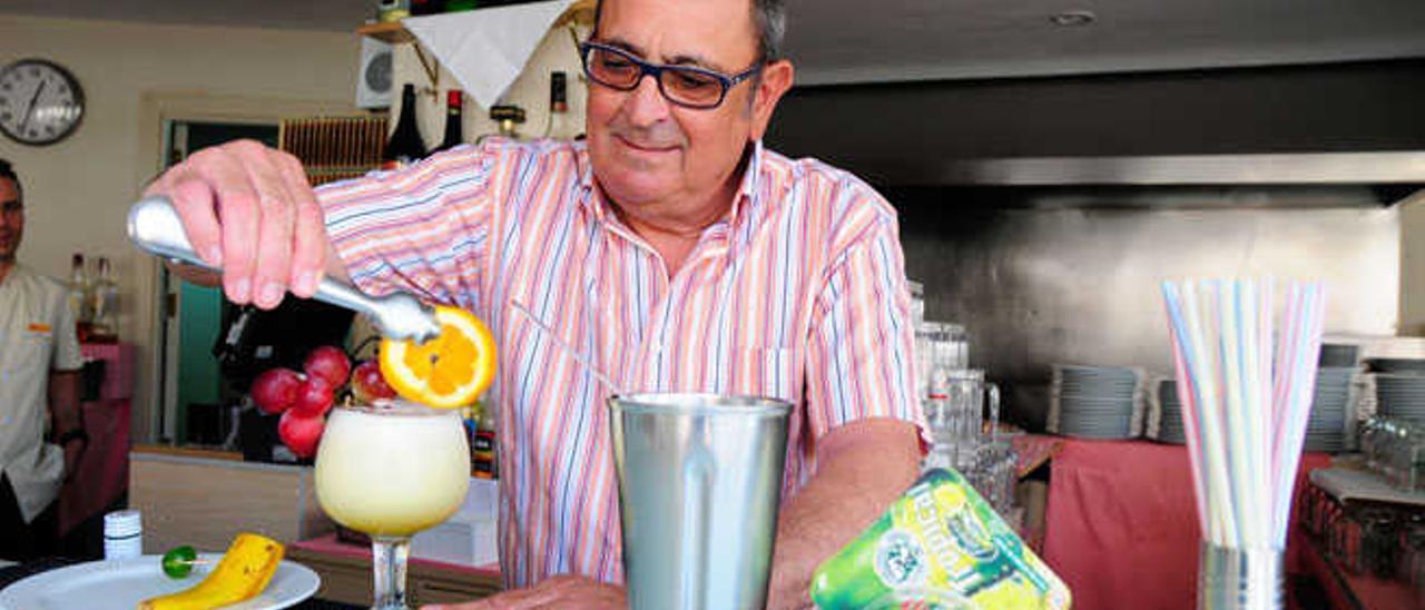 Andrés Marrero en plena producción del cóctel 'Canarias', ayer en el hotel Neptuno de Playa del Inglés.