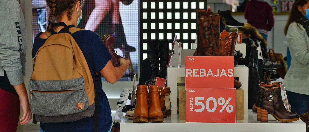 Sobre estas líneas una tienda de zapatos de Las Palmas de Gran Canaria comienza las rebajas de enero al 50%.