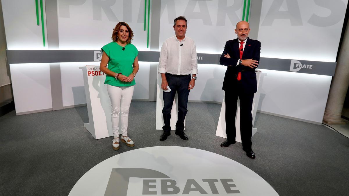 Susana Díaz, Juan Espadas y Luis Ángel Hierro posan antes del inicio del debate de las primarias del PSOEandaluz.