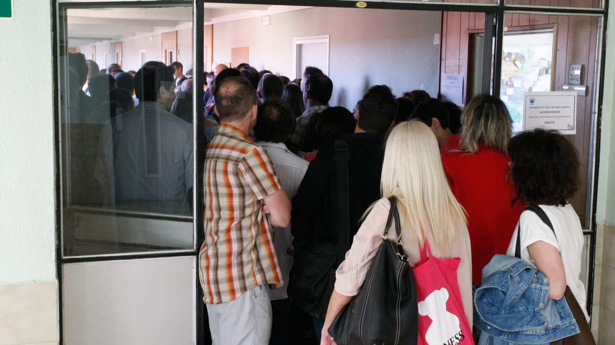 Un grupo de opositores esperan para acceder a un examen antes del comienzo de la pandemia.